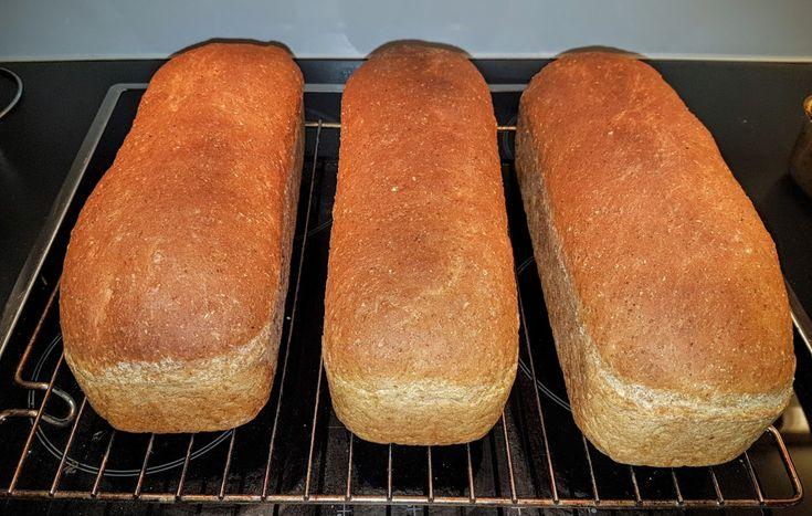 Ein av grunnane til at eg fortsatt er godt gift kan vera at eg har gjort han avhengig av mine heimebaka brød. Desse brøda har eg baka minst ein gong pr månad i omla…