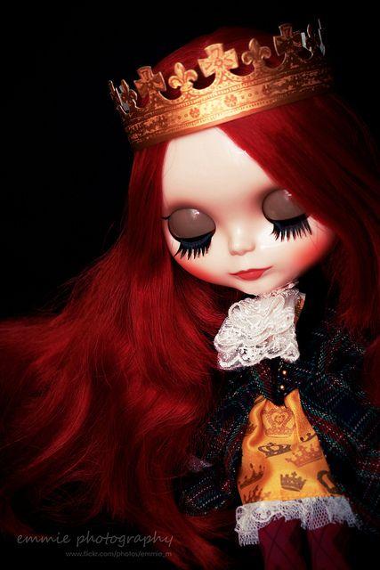 شاهزاده خانم! سرخی موهات و قرمزی لبانت به اندازه کافی مرا عاشق میکند دیگر چشمانت را نبند و هلاکم نکن    Beatrix by emmie j., via Flickr