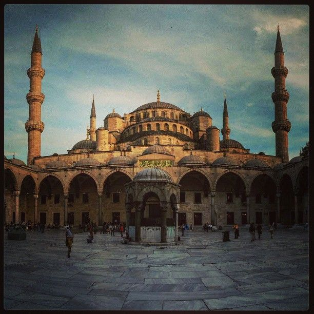 Süleymaniye Camii in İstanbul Purtroppo vista solo dall'esterno perché siamo arrivate all'ora di chiusura (h. 19.00), il cortile e il giardino danno comunque un'idea della grandiosità della moschea. Interessante la discesa a piedi fino al ponte di Galata, attraversando una zona di #Istanbul poco turistica.Ci sono un molti negozietti di casalinghi (dove si trovano i set di bicchieri da tè a un prezzo molto inferiore rispetto al bazaar) e di generi vari. Ci sarebbe voluto più tempo!