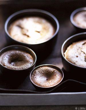 Recette Moelleux au chocolat : Préchauffez le four à th. 7-8/220°. Beurrez légèrement 6 tasses allant au four ou 6 ramequins.Faites fondre le chocolat et...