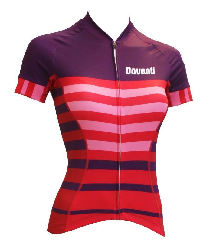 Cira is een zeer sportief dames wielershirt verkrijgbaar in eigentijdse kleuren en design. Het shirt heeft een volledige deelbare rits. De pasvorm is aansluitend en geeft een professionele uitstraling.