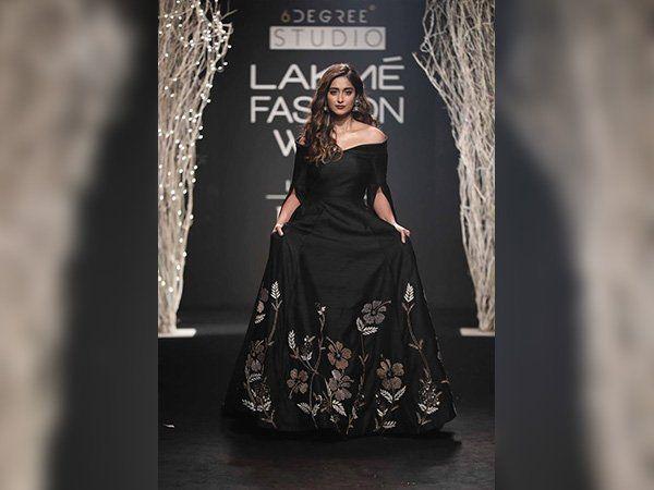 #IlleanaDCruz Looked Elegant & Classy In #BlackGown By #DeBelle  At #LakmeFashionWeek    #lakmefashionweek2017 #Fashion