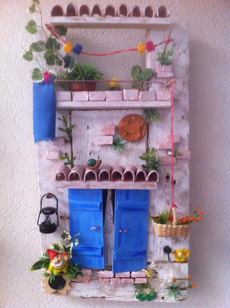 Un nanetto da giardino ti invita ad entrare in questa abitazione dagli infissi turchesi.