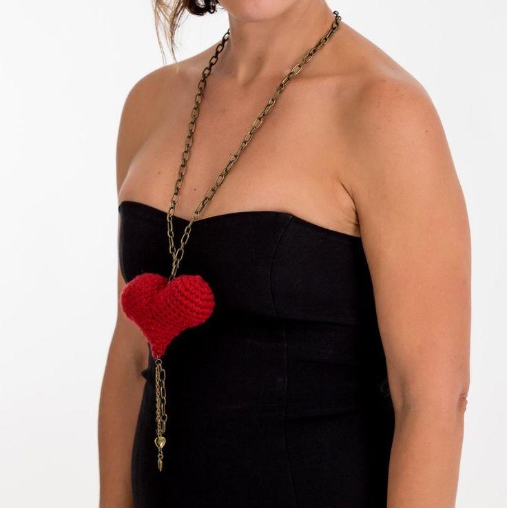 Collar elaborado artesanalmente con hilo de lana roja tejidoen punto bajo de crochet y cadena de color oro viejo.