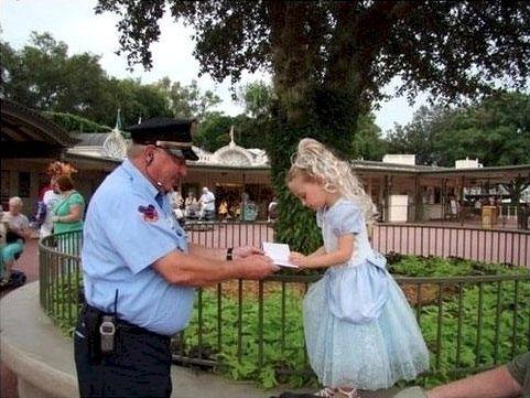 Dieser Sicherheitsmann eines Themenparks geht regelmäßig auf kleine Mädchen in Prinzessinnen-Kostümen zu und fragt nach einem Autogramm. Das ganze Heftchen ist voll mit Unterschriften von glücklichen, kleinen Kindern. Ist das nicht wundervoll? | unfassbar.es