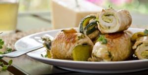 Gli involtini di carne alle zucchine sono un secondo piatto realizzato con fette sottili di tacchino farcite con zucchine, maggiorana e scaglie di grana.