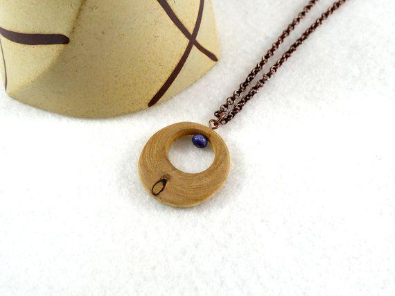 Pendentif anneau en bois avec petit noeud et perle par LesBoisettes
