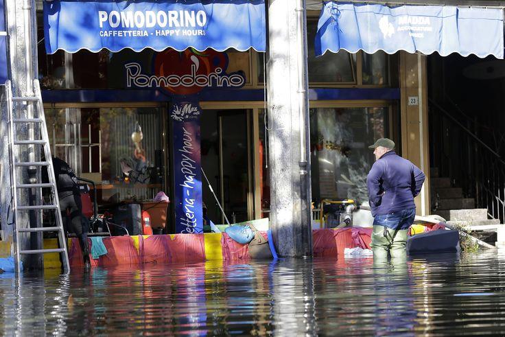 Jalanan di kawasan pertokoan di kota Omegna, Italia utara tergenang banjir akibat hujan deras yang turun beberapa hari terakhir.