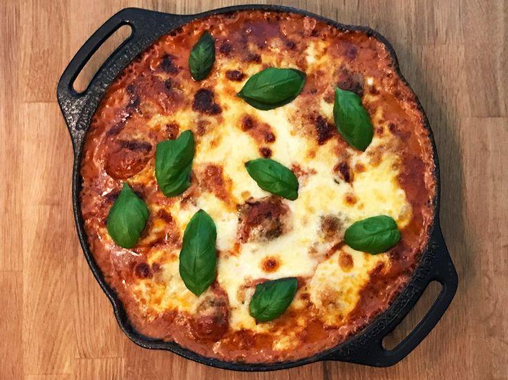 Fleischbällchen in Tomatensauce und Mozzarella überbacken ...