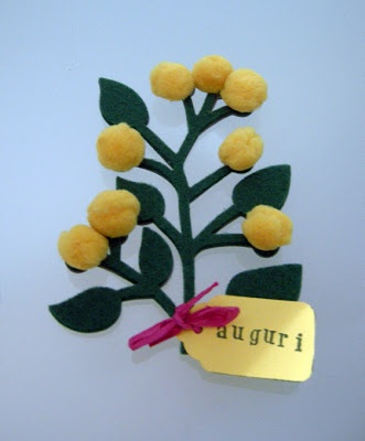 Mimosa in feltro (Mimosa made out of felt with a best wishes label.)