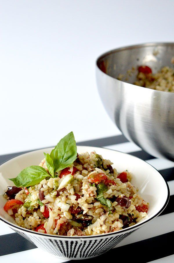 La ensalada de arroz integral que os enseño aquí es perfecta y muy sana, con tomates y albahaca, ademas de aceitunas kalamata y jamón!