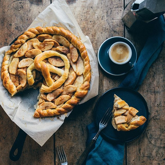 Pretzel dough as pie crust? Why not?! We will have this cinnamon Apple pretzel dough pie for breakfast and eat it too! f you want the recipe, leave a comment below and I will add it to the caption later on. Happy Sunday! 🤗🎄 PS: don't forget to enter my giveaway (two posts before). 🎉 #f52grams #feedfeed #howiholiday #imsomartha #foodandwine