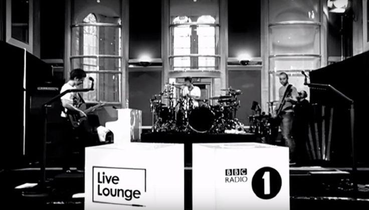 «Muse» исполнили живьем кавер на песню «Sign O' The Times»