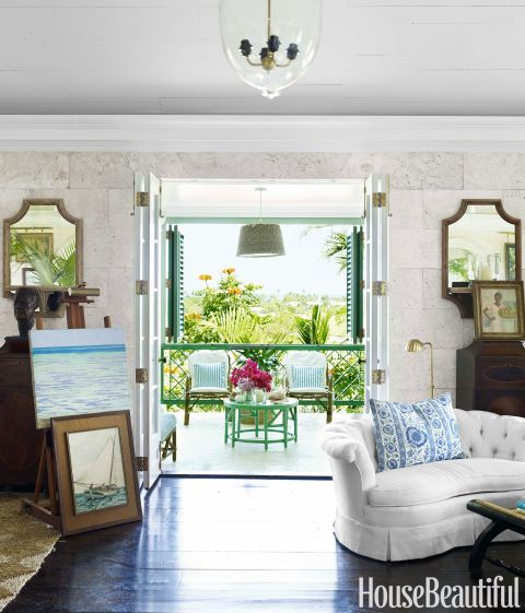 Lindroth keeps the bifold French doors of the great room open to the luxuriant greenery and a view of the sea. Coral stone was also used for the floor of the veranda, establishing a harmonious link between indoors and out.