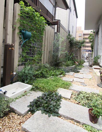 ステップ / 植栽 / 目隠しフェンス / 立水栓 / ナチュラルガーデン / ガーデンデザイン / 外構 Garden Design / Stone steps / Plants / Fence