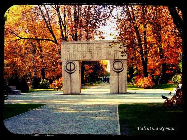 Targu-Jiu - Poarta Sarutului (Kiss Gate) - more here http://travel.prwave.ro/romantic-getaway-in-targu-jiu/