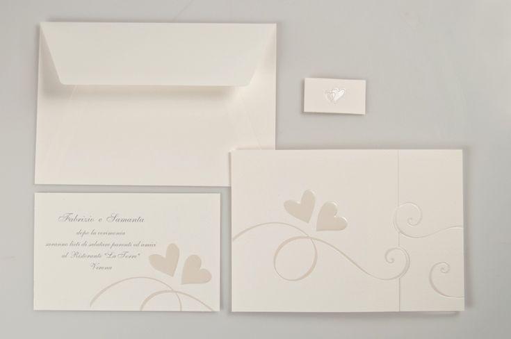 Elegante partecipazione in cartoncino bianco lavorato con cuori a rilievo ed interno su cartoncino scempio bianco lavorato