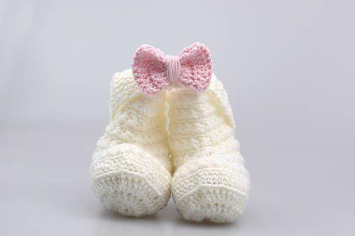 Čelenka a čižmičky pre bábätko sú ručne háčkované z prírodného materiálu - z kvalitnej nórskej extra jemnej bielej a bledoružovej 100% merino vlny vhodnej pre citlivú detskú pokožk...