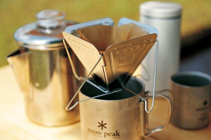 アウトドアやキャンプで飲むコーヒーは、まさに至福のときを感じ自然の中にいる醍醐味を感じることでしょう。今回は、パーコレーター、ドリップ、お手軽にインスタントのおいしい淹れ方を紹介!さらに、各カテゴリーでおすすめのグッズも紹介中です!