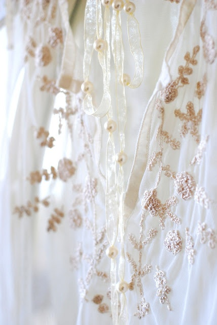 lacey: Wear Lace, Pink Flower, Lace Tops, Vintage Lace, Details Embroidery, Delicate Details, Ana Rosa, White Lace, Lace Dresses