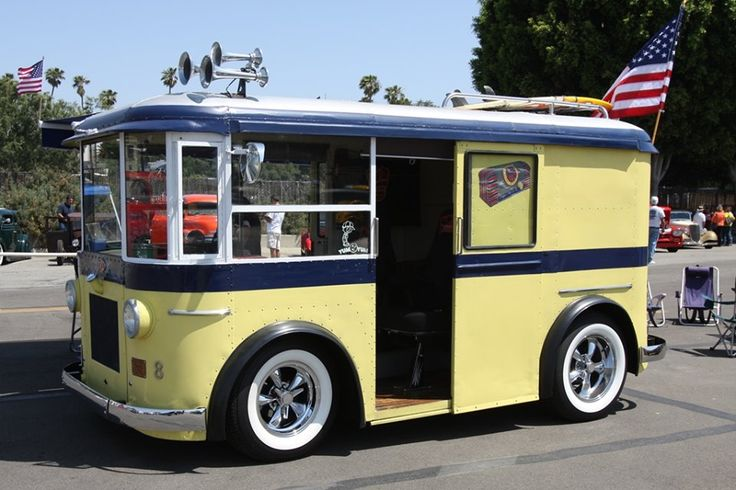 This 1933 DIVCO Twin Coach is a former Helms Bakery truck (famous around Southern California