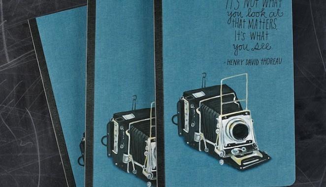 """It's not what you look at that matters. It's what you see. L'illustratrice di San Francisco Lisa Congdon ha realizzato il blocknotes per Compendium Inc. dedicata alla fotografia, con disegni di fotocamere d'epoca e citazioni di famosi fotografi come quella in copertina """"It's not what you look at that matters. It's what you see."""" di Henry David Thoreau. Via mymodernmet.com"""