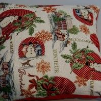 http://www.radicifabbrica.it/prodotto/cuscino-natalizio-pupazzi-di-neve/  Dolcissimo cuscino natalizio che misura centimetri 40 x 40.  Il disegno di questo cuscino natalizio crea subito l'atmosfera festiva in casa perchè raffigura tutti gli elementi fondamentali per un cuscino natalizio: un pupazzo di neve con agrifoglio su sfondo rosso a pois bianchi, due bambini che realizzano un pupazzo di neve vicino ad un fiocco di neve (sempre su sfondo rosso a pois bianchi), la Casa di Babbo Natale.