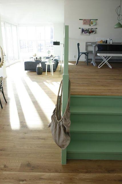Leuk dat groene trapje bij het warme hout! Een welkom kleuraccent.