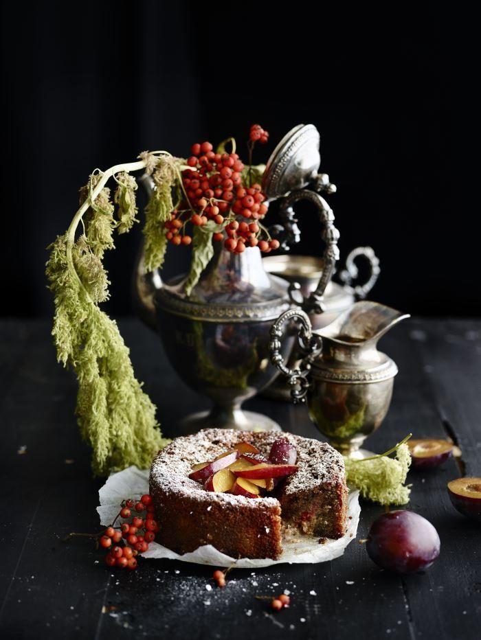 Luumu-mantelikakku // Almond-Plum Cake Food & Style Elina Jyväs, Baking Instinct Photo Katri Kapanen www.maku.fi