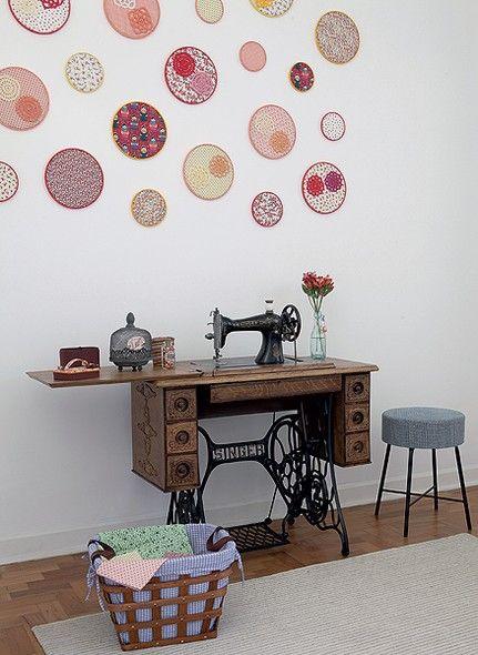 Bastidores com tecidos coloridos, montados pela própria moradora Vanessa Gonçalves, decoram a parede do quarto de costura. Bastam retalhos para fazer o enfeite