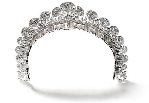 Aga Khan III Crown  Queen Begum Andree, Aga Khan III's wife, was wearing a Cartier diamond and platinum crown, designed in 1934.
