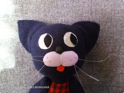 Этого кота попросила сшить моя доча, поэтому глаза у него такие огромные (на другие она не соглашалась). Но суть не в этом. В этом МК я хочу показать, как делается мордочка с усами. Эта мордочка универсальна для заек, котиков и собачек--- проверено на кружках мягкой игрушки в школьные годы. фото 1