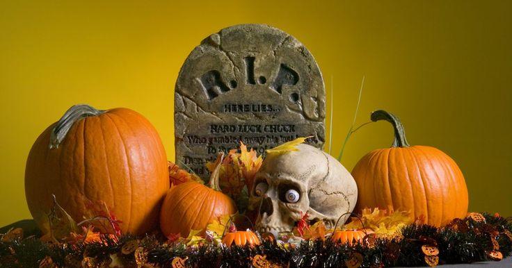 Como fazer um crânio fácil para decoração de Dia das Bruxas. Crânios são símbolos clássicos do Dia das Bruxas, o que os torna perfeitos para decoração do Dia das Bruxas. Um esqueleto sem decoração já basta, mas você pode elevar o apelo visual da caveira enfeitando-a. Aplique uma fina camada de cola de artesanato no esqueleto e cubra a superfície com uma camada de material decorativo. Dê à caveira ...