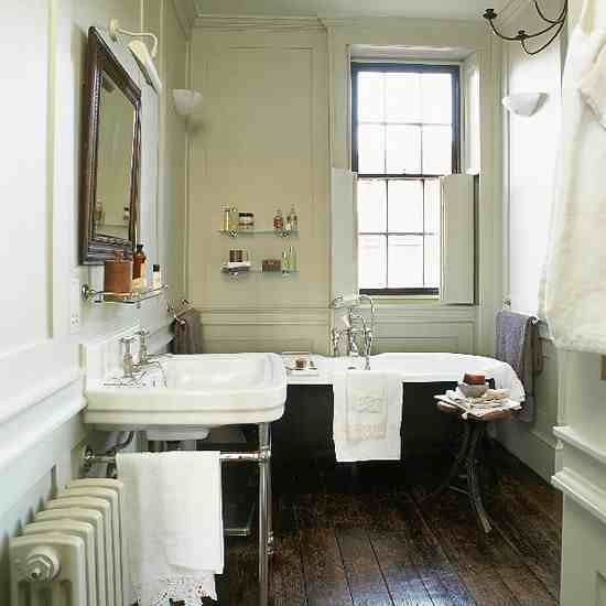 Glasgow: Traditional bathroom with original features and clawfoot tub / Clawfoot
