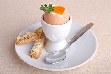Un des plats favoris des enfants ! Et de nos grands-mères aussi  Découvrez toutes les astuces pour réussir les œufs à la…