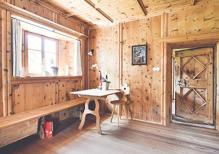 Der Frühstücksraum beim Hofbauer in St. Georgen (Bruneck-Südtirol) - mehr altes Holz geht nicht. Urlaub auf dem Bauernhof in Südtirol - Roter Hahn