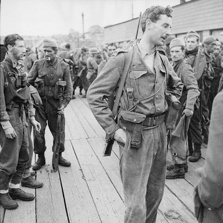 Lord Lovat (Simon Fraser) after the disastrous Dieppe raid. See the the civilian hunting rifle!
