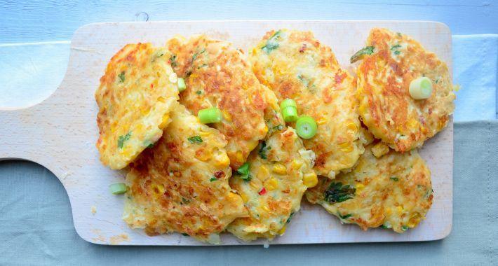 Lekker recept voor bij de borrel, gezonde maïskoekjes met kaas.