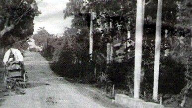 """Sin Autor. Fecha (1857) Lugar: Antes, La Carretera Central Fuente: Historia de las carreteras de Puerto Rico. """"Como parte de un ambicioso plan general de carreteras, se comenzó la construcción de la Carretera Central que cruzaría la Isla de norte a sur conectando a San Juan con Ponce. Esta carretera de primer orden, también, también conocida como """"la Carretera número1"""" atravesaba los municipios de Rio Piedras, Caguas,Cayey, Aibonito, Coamo y Juan Díaz"""""""