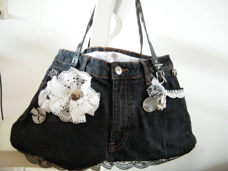 tas gemaakt van een spijkerbroek met kanten bloemen en gehaakten bloemen afgewerkt met knopen en kant.