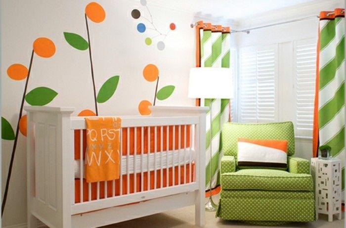 peinture chambre bébé à motifs floraux sur un fond blanc, idee deco chambre bebe fille en blanc, orange et vert