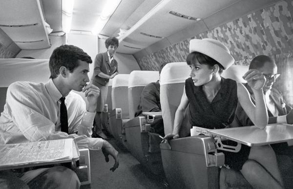 Актриса Одри Хепбёрн и актёр Энтони Перкинс в самолёте. Фото Pierluigi Praturlon. Великобритания. 1962г.