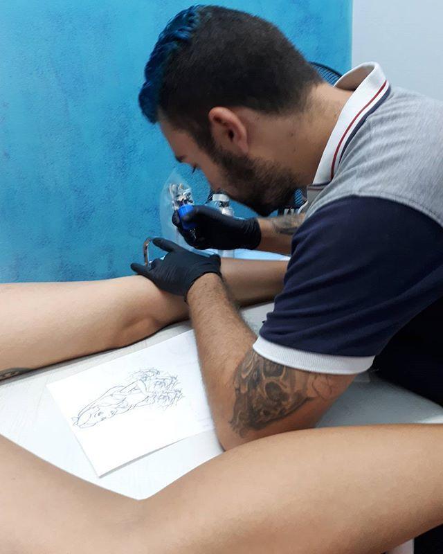 Hoy me tocaba a mi ponerme en tus manos @nano_eywa gracias por mi Alicia 😍😘 #tattoo #tattoos #tatuaje #tatuajes #aliciaenelpaisdelasmaravillas #alicia #maravillas #rosas #color #ink #cordoba #andalucia #españa #tatuada #chica #gemelo #tatuador #viernes #tinta