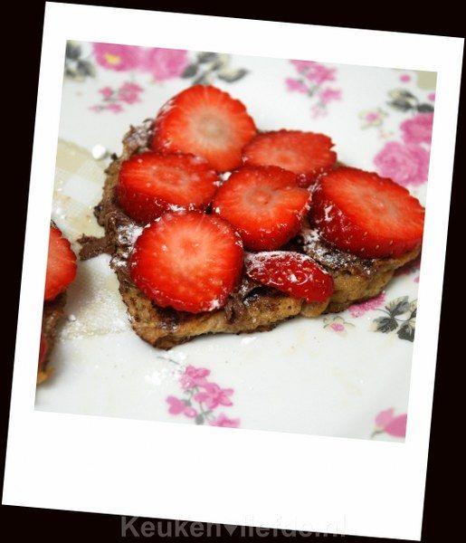 Bij Valentijnsdag hoort natuurlijk een romantisch Valentijnsontbijt. Deze hartjestoast met Nutella en verse aardbeien is een schot in de roos!