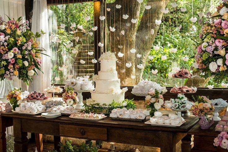 Miniwedding: cortina de corações e flores de crochê