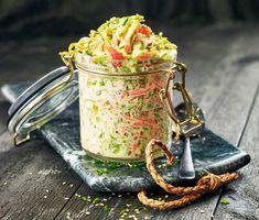 Vill du förnya din coleslaw? Då måste du prova denna med brysselkål, morötter, wasabi och rostade sesamfrön. Blanda med majonnäs och gräslök. Smaka av med lime för att balansera hettan från wasabin. Passar perfekt till revbensspjäll eller grillat kött.