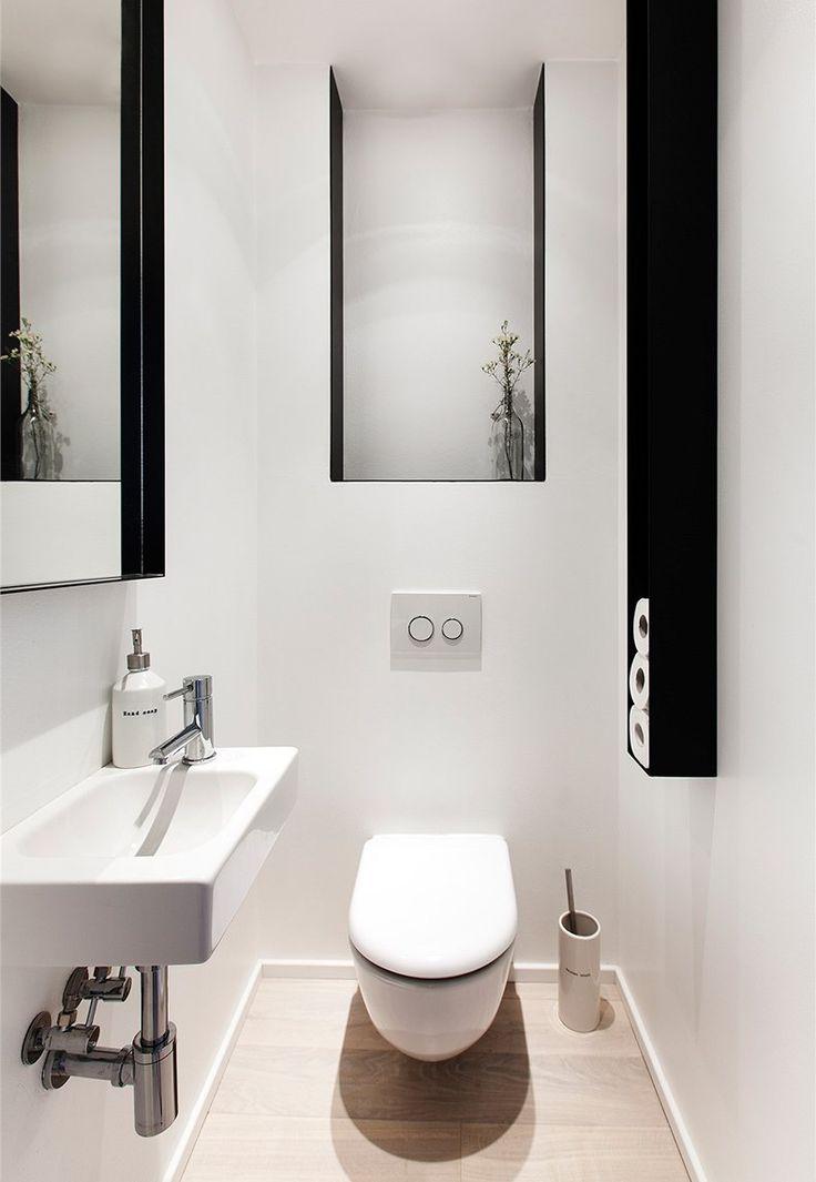 Samostatnou toaletu opticky zvětšuje zrcadlo.
