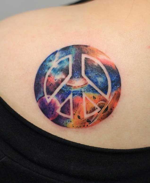 tatuaje del signo de la paz y el espacio