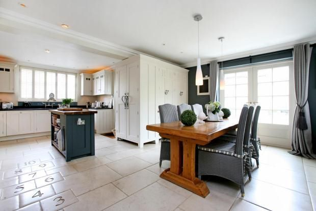 Fabulous kitchen/diner...and HOPSCOTCH TILES! O..M..G!
