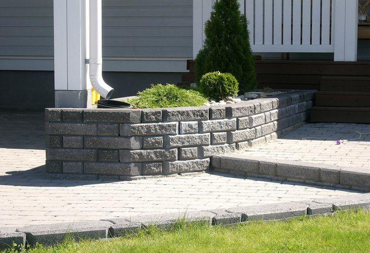 Istutusallas ja pieni porras kivestä. Siistiä jälkeä ja kaunis katsella. Aalman Oy - kivityöt, p. 0400 159 434 www.aalman.fi